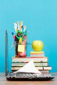 Accesorios de la escuela en escritorio con fondo azul claro — Foto de Stock