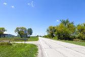 Amerikaanse landweg met bewolkte blauwe hemel — Stockfoto