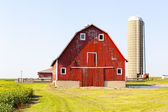 Traditionele amerikaanse rode schuur met blauwe hemel — Stockfoto