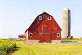 Traditionnel américain grange rouge avec un ciel bleu — Photo