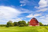Landbouw landschap met oude rode schuur — Stockfoto