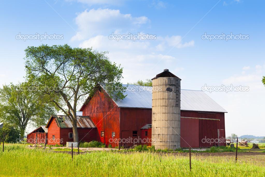 traditionnel am ricain grange rouge avec un ciel bleu photographie maxym 16877045. Black Bedroom Furniture Sets. Home Design Ideas
