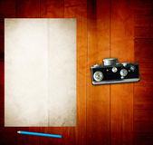木製のテーブルの上の古い紙 — ストック写真