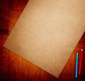 Altpapier auf Holztisch — Stockfoto