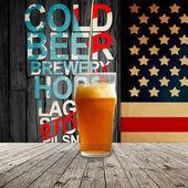 Birra fresca fresca dato in pinta refrigerata — Foto Stock