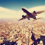 letadlo nad městem — Stock fotografie #49222231