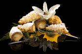 Puff bastones con crema, decorado con flores, aisladas sobre fondo negro — Foto de Stock