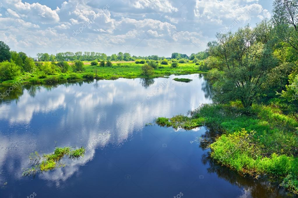 Фотообои Весенний пейзаж с рекой Нарев и облака на небе
