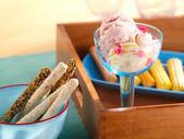 Smakelijke consumptie-ijs en cookies op tabel — Stockfoto