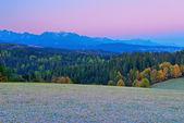 Hermoso amanecer en las montañas tatra occidentales. — Foto de Stock