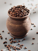 Old grungy pot full of roasted coffee beans. — Stock fotografie