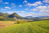 The Pieniny Mountains landscape, Carpathians. Clouds on blue sky — Stock Photo