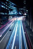 Auto's lights op london street door de nacht — Stockfoto