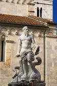Fountain of Neptune and Carrara Cathedral XII century - Italy — Stockfoto