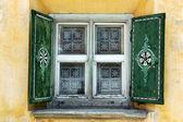 Typische venster - zuoz, engadiner zwitserland — Stockfoto