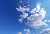 Modrá obloha s mraky - pozadí — Stock fotografie