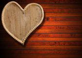 茶色の木製の背景に木の心 — ストック写真