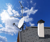 Satellite Dish and Antenna TV on Blue Sky — Stock Photo