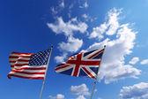 Banderas de Estados Unidos y el Reino Unido en el cielo azul — Foto de Stock