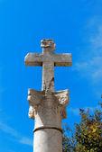 Sten kors på en kolumn — Stockfoto