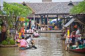 Barca a remi nel mercato galleggiante — Foto Stock