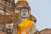 The big ancient buddha statue in ruined old temple — Stock Photo