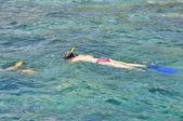 きれいな海でシュノーケ リングの女性 — ストック写真