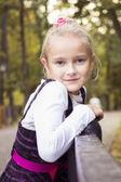 Trevlig tjej utomhus på hösten — Stockfoto