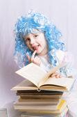 Petite fille aux cheveux bleus, rédaction d'un livre — Photo