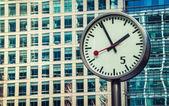 Canary Wharf clock — 图库照片