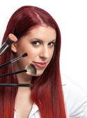 Mujer cerca de belleza con los pinceles de maquillaje cerca de su cara — Foto de Stock