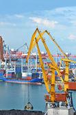 грузовой кран и корабль — Стоковое фото