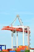 Contenedores y grúas de carga de puerto — Foto de Stock
