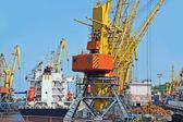 Bulk cargo ship under port crane — Stock Photo