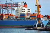 грузовой подъемный кран и судно — Стоковое фото