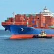 Tugboat assisting container cargo ship — Foto de Stock