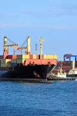 Schlepper mitarbeitende container frachtschiff — Stockfoto