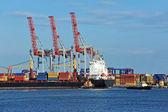 Dźwig towarowy i statek — Zdjęcie stockowe