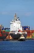 буксир помощи контейнера грузовое судно — Стоковое фото