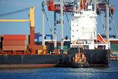 拖轮协助集装箱货船 — 图库照片