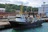 Trauler loď v přístavu — Stock fotografie