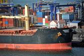 散货船在港口起重机下 — 图库照片