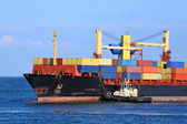 タグボート支援コンテナー貨物船します。 — ストック写真