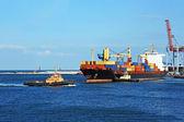 Holownik wspierające kontener statek — Zdjęcie stockowe
