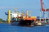 Nave da carico di contenitore assiste rimorchiatore — Foto Stock