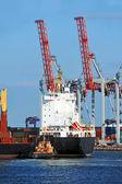 Sleepboot meewerkende container vrachtschepen — Stockfoto