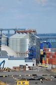 контейнер, трубы и зерна drayer груза в порту — Стоковое фото