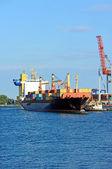 Buque de carga de contenedor auxiliador remolcador — Foto de Stock