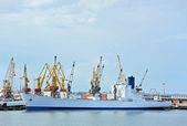Nave da carico alla rinfusa sotto la gru del porto — Foto Stock