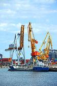 Bunker ship (fuel replenishment tanker) under port crane — Zdjęcie stockowe